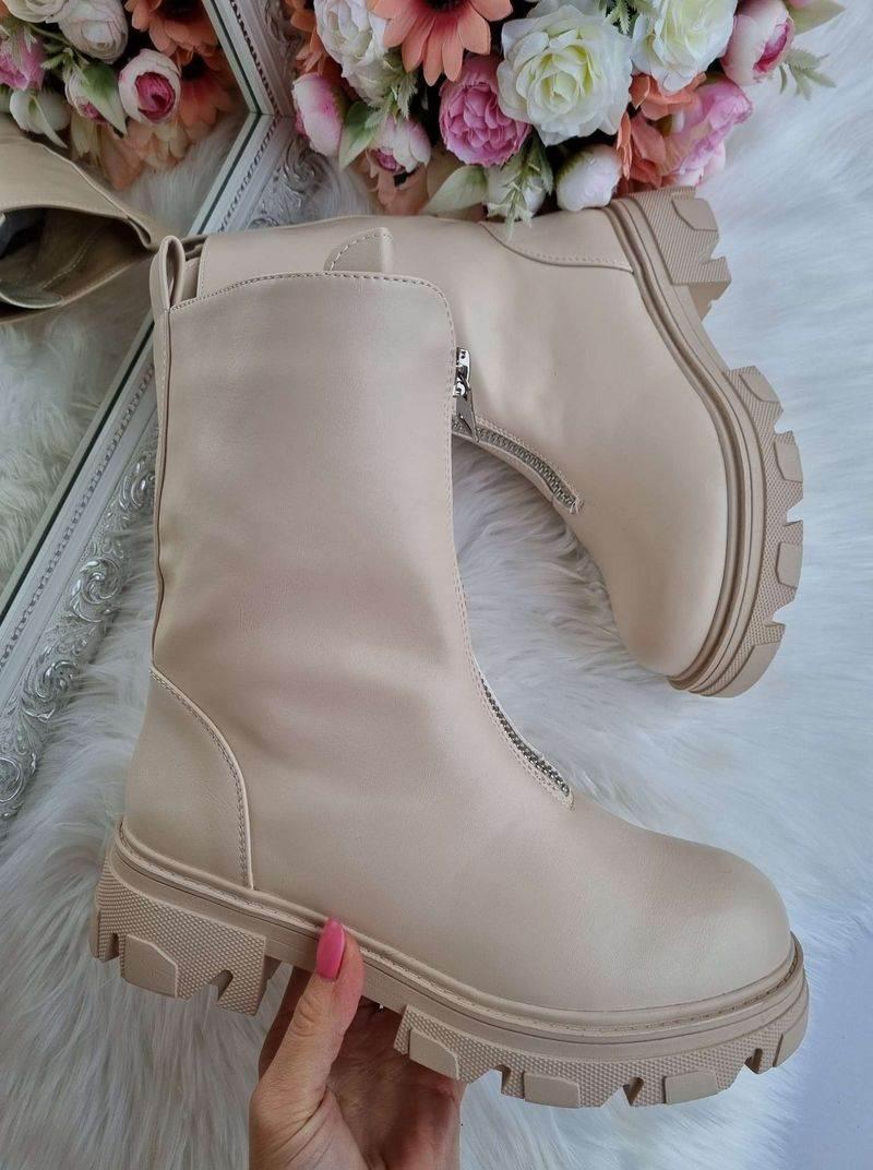 puszābaki bēši ar slēdzēju priekšā, moderni sieviešu apavi, stilīgi apavi sievietēm, top zābaki, gaiši sieviešu zābaki,
